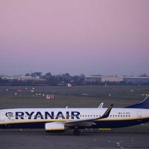 Ryanair, sciopero europeo in vista. Bagagli: la compagnia regala la valigia da 10 chili