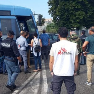"""La polizia """"ferma"""" a Roma 16 migranti della Diciotti. Salvini: """"Altro che poverini"""". Ora rilasciati"""