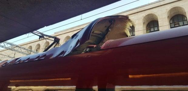 L'inconsueto incidente all'Italo: si alza pannello dal tetto durante la corsa