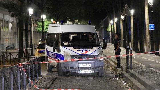 A Parigi sette persone accoltellate. Subito catturato l'attentatore