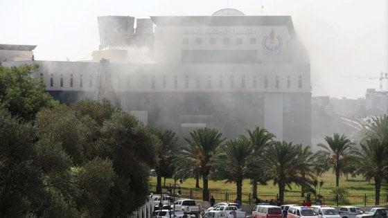 Libia, uomini armati nella sede della compagnia petrolifera. Moavero da Haftar