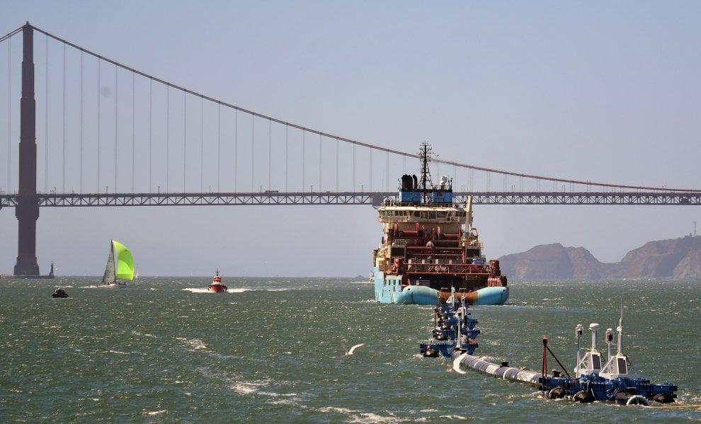 Ocean Cleanup, si parte: il gigantesco tubo antiplastica lascia la baia di San Francisco