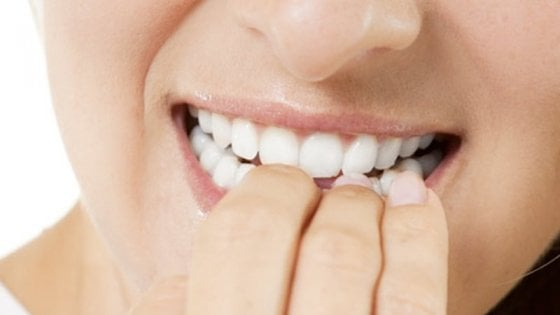Mangiarsi le unghie non fa venire il cancro