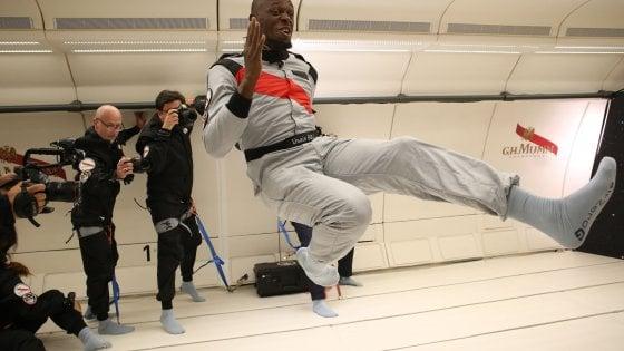 Atletica, Bolt fa l'astronauta: il suo sprint in aereo per pubblicità