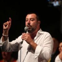 """Salvini in visita al multietnico Hotel House: """"Qui servono le ruspe"""""""