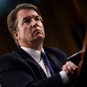 """Usa, la donna che accusa il giudice Kavanaugh esce allo scoperto: """"La violenza con un suo amico ai tempi del liceo"""""""
