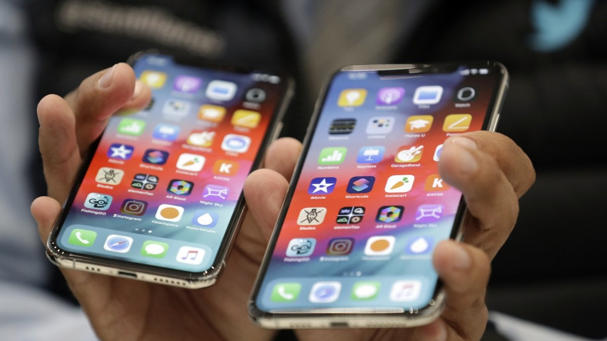 Apple lancia le cover con batteria per iPhone XS e XR - La Stampa