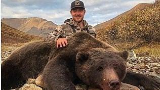 Posta su Twitter le foto del grizzly e dell'alce uccisi: ex giocatore di hockey scatena la rabbia del web