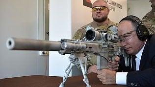 Putin nei panni del cecchino:testa l'ultimo Kalashnikov