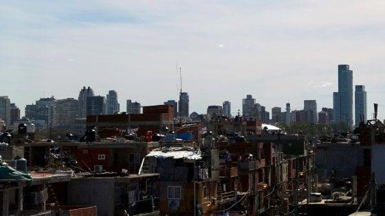 Buenos Aires, si avvita la crisi con il peggior crollo dell'economia dal 2014