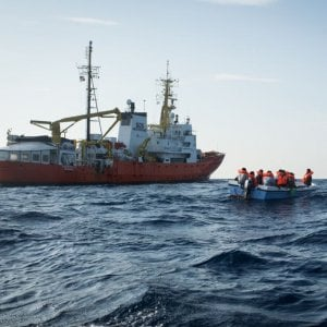 La Aquarius torna in mare e soccorre un barchino con 11 migr