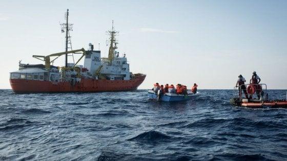 Migranti, la Aquarius  soccorre un barchino con 11 a bordo ma si rifiuta di darli ai libici