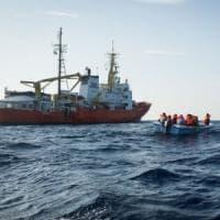 Migranti, la Aquarius  soccorre un barchino con 11 a bordo ma si rifiuta di darli ai...