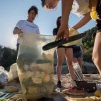 Caccia social alla plastica: