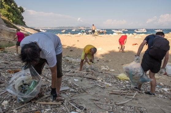 """Caccia social alla plastica: """"Noi, travolti dall'usa e getta"""""""