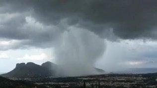 Tempesta d'acqua su Mondello: la pioggia è come una secchiata