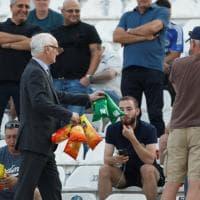 Chelsea, il presidente offre patatine ai tifosi in trasferta in Grecia