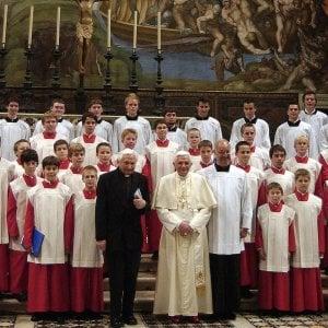 Ratzinger torna in campo e risponde alle critiche sul suo addio al pontificato
