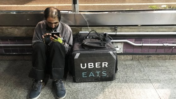 Uber Eats è il servizio consegne a domicilio della società di San Francisco. Nella foto, un lavoratore a San Paolo in Brasile