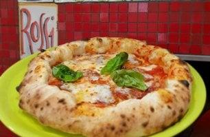Alvignano: tra occhiali fluo allegria e tradizione  una pizza che è una certezza