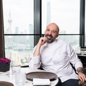 Lo chef Niko Romito nel ristorante dell'Hotel Bulgari di Shanghai. Sullo sfondo si vede l'isola di Pudong, il cuore finanziario della metropoli