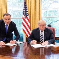 Duda e Trump, la foto della firma scatena le proteste