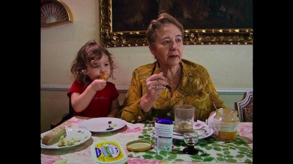 Un doc racconta di una donna, della sua famiglia (scimmia inclusa) e di 60 anni di storia di Spagna