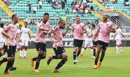 Il Verona sbanca Crotone e vola in testa Palermo show, poker al Perugia
