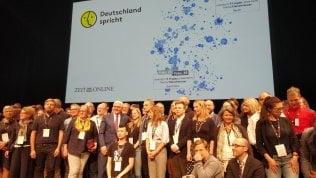 """In migliaia per """"La Germania si parla"""". A Berlino la sfida per una società meno divisa"""
