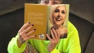 """Nadia Toffa risponde su Twitter alle critiche per il suo libro sul cancro: """"Cerco di dare coraggio"""""""