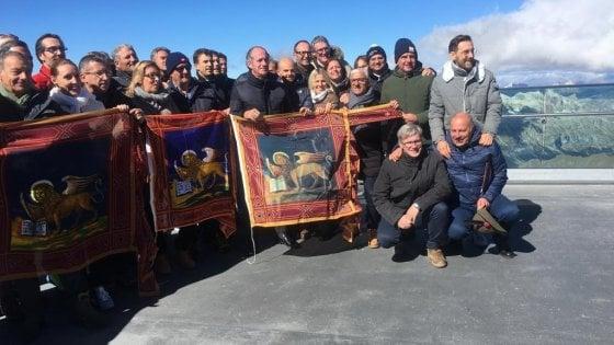 """Marmolada, il Veneto riunisce in vetta il consiglio regionale. Zaia: """"Siamo qui a difendere i nostri confini"""""""