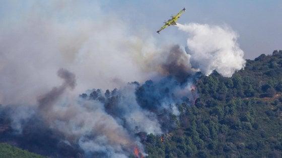 """Pisa, incendio sul Monte Serra. Settecento persone evacuate tra Calci e Vico. La Regione: """"Sì allo stato d'emergenza"""""""