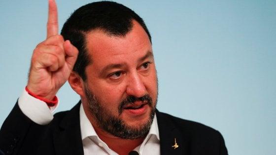 """Migranti, Human Right Watch: """"L'approccio del governo italiano è disumano"""". Salvini: """"Sono disumani gli scafisti"""""""