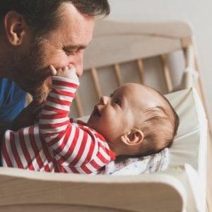 Il congedo di paternità rischia di sparire: online una petizione per salvarlo