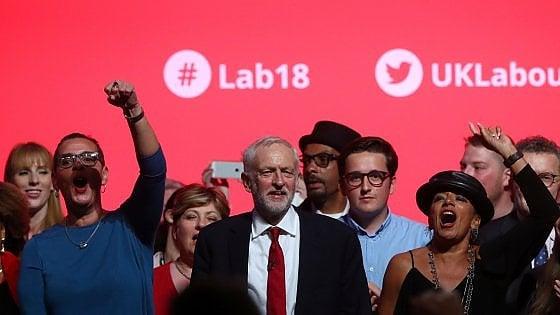 """Corbyn infiamma il Labour: """"Basta avidità del capitalismo"""""""