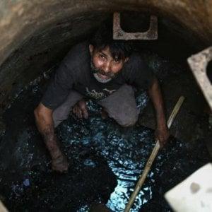 """India, i """"fuori casta"""" manifestano a New Delhi: """"Basta morire per raccogliere escrementi e rifiuti"""""""