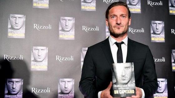 Totti, festa grande al Colosseo per l'autobiografia: ''Spero che nessuno si arrabbi. Io presidente? Perché no...''