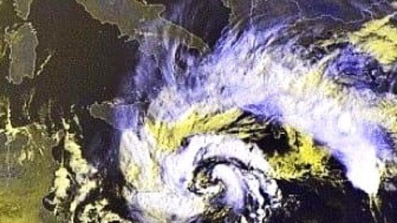 """Arriva Medicane, il """"ciclone"""" del Mediterraneo: allerta venti e burrasca in Sicilia e Calabria"""