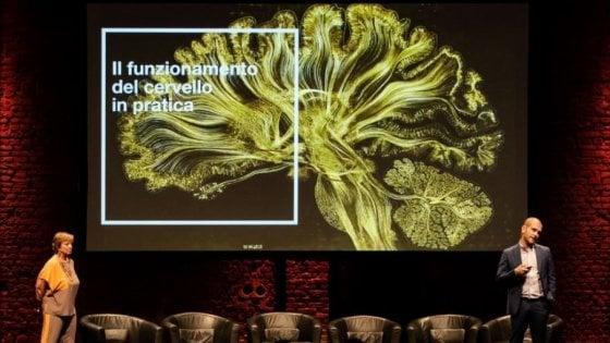 Luca Florentino e Barbara Monteleone, rispettivamente ceo e strategic  planner di Ottosunove, sul palco dell'ultima edizione di Certamente  inspiring neuromarketing days