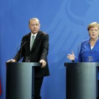 Merkel-Erdogan, la cancelliera annuncia vertice a quattro sulla Siria con Macron e Putin