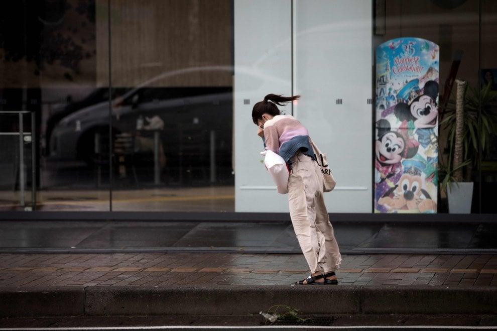 Il tifone Trami flagella il Giappone, decine di feriti e trasporti bloccati