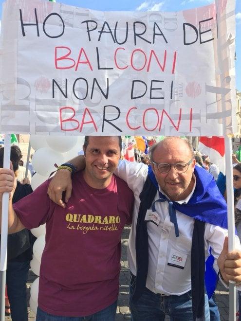 """Pd, abbracci tra i big in piazza. I militanti chiedono unità. Gli organizzatori: """"Siamo 70mila"""". Martina a Lega: """"Non si governa con l'odio"""""""