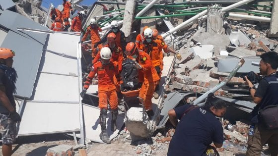 Terremoto e tsunami in Indonesia, 1.200 i morti. Nuova scossa magnitudo 6.3 al largo isola Sumba
