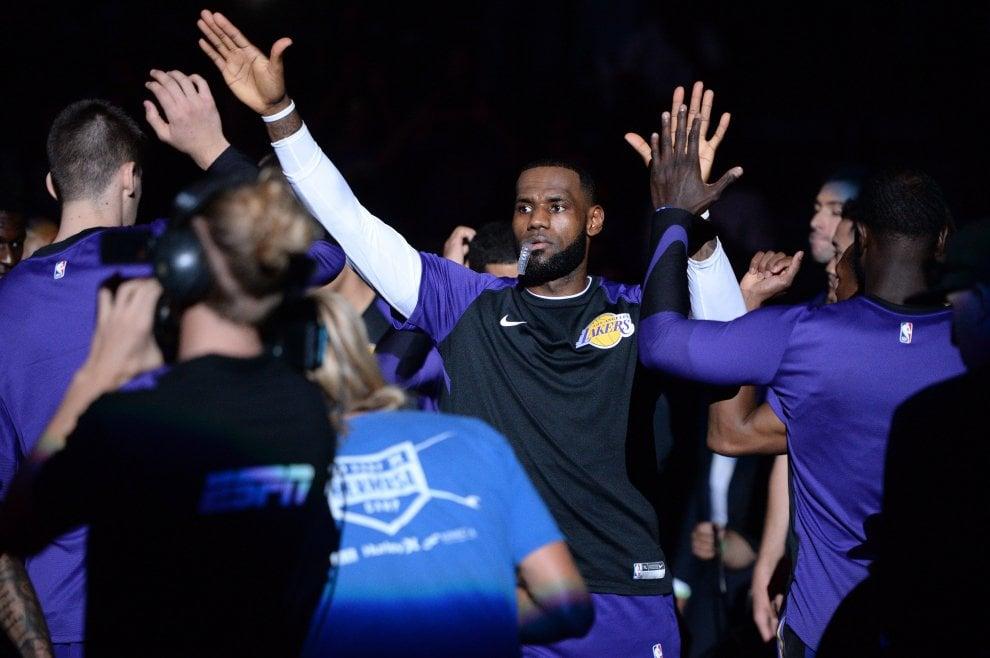 Basket Nba, LeBron James debutta in maglia Lakers con una sconfitta