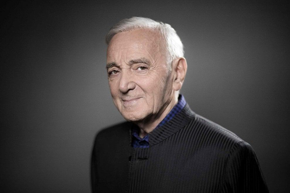 Addio a Charles Aznavour, l'eclettico cantautore che conquistò il mondo