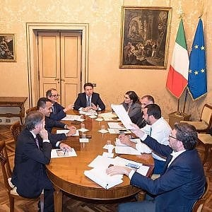 """Vertice sulla manovra, Di Maio: """"Deficit resta al 2,4, debito giù con tagli agli sprechi. Conte: """"Riforme già nel 2019"""""""