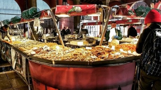"""La crisi di Venezia travolge il mercato del pesce: """"Qui un banco valeva 150mila euro, ora 20mila"""""""
