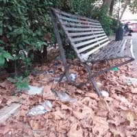 Quanti rifiuti nei parchi urbani.