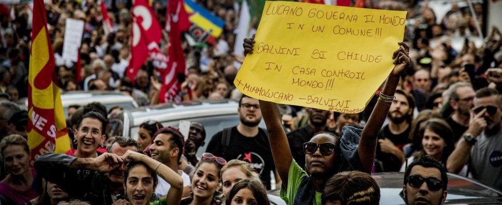 """Lucano, cinquemila in marcia a Riace: """"Siamo tutti clandestini, Mimmo libero"""""""