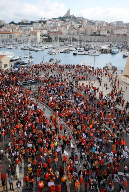 """Marsiglia, marea arancione per la Aquarius: """"Aprite i porti, torniamo a salvare i migranti"""""""